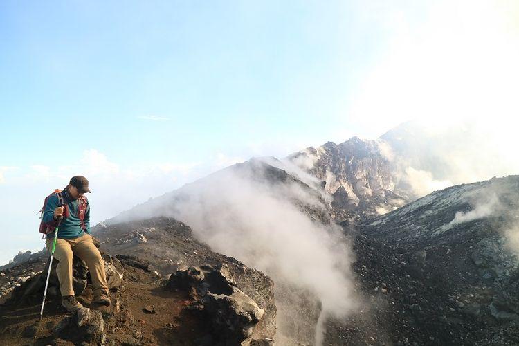 Pendaki di pinggir kawah Gunung Slamet, Jawa Tengah. Gunung Slamet merupakan salah satu gunung api aktif di Indonesia.