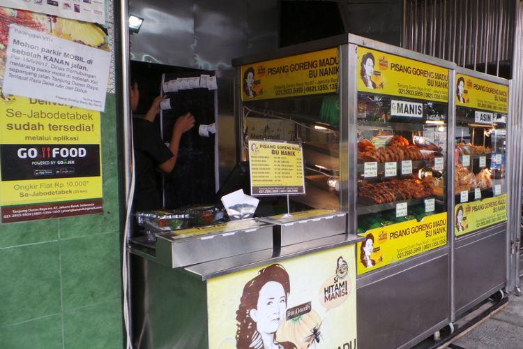 Outlet pisang goreng madu Bu Nanik, di kawasan Tanjung Duren, Jakarta Barat.