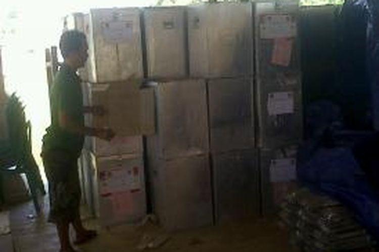 Pengiriman logistik Pilgub Jatim ke beberapa kepulauan di Kabupaten Sumenep harus dikirim menggunakan pesawat karena cuaca buruk.