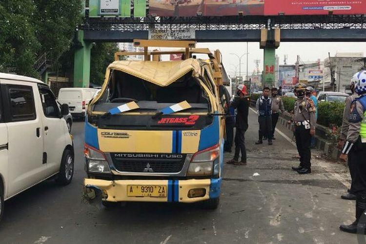 Sebuah truk yang dikendarai oleh Ahmad Nurvendi terbalik karena diduga hilang kendali akibat ban belakang pecah. Kecelakaan itu terjadi di depan  Plaza Serpong Jalan Raya Serpong, Tangerang Selatan, Sabtu (26/9/2020) siang.