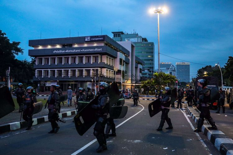 Polisi menyisir jalan-jalan ibukota saat ricuh di Jakarta, Selasa (12/10/2020)
