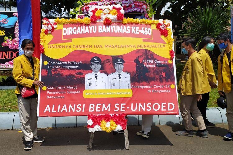 Karangan bunga Hari Jadi Banyumas dari Aliansi BEM se-Unsoed di halaman Pendapa Sipanji Purwokerto, Kabupaten Banyumas, Jawa Tengah, Senin (22/2/2021) .