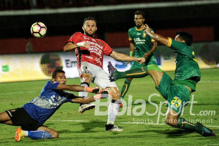 Aksi penyerang Bali United, Ilija Spasojevic, dalam pertandingan semifinal kedua Piala Presiden 2018 melawan Sriwjaya FC di Stadion Kapten I Wayan Dipta, Rabu (14/2/2018).