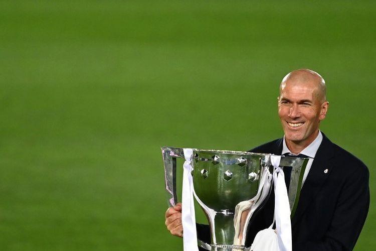 Pelatih Real Madrid, Zinedine Zidane, memegang trofi Liga Spanyol setelah Los Blancos  menjadi juara LaLiga 2019-2020 dengan kemenangan 2-1 atas Villarreal di Stadion Alfredo di Stefano pada 17 Juli 2020.