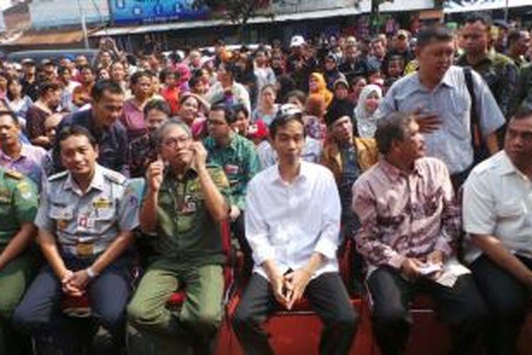 Gubernur DKI Jakarta Joko Widodo (tiga dari kanan) menghadiri peresmian pembukaan Pasar Blok G Tanah Abang, Jakarta Pusat, Senin (2/9/2013) pagi.