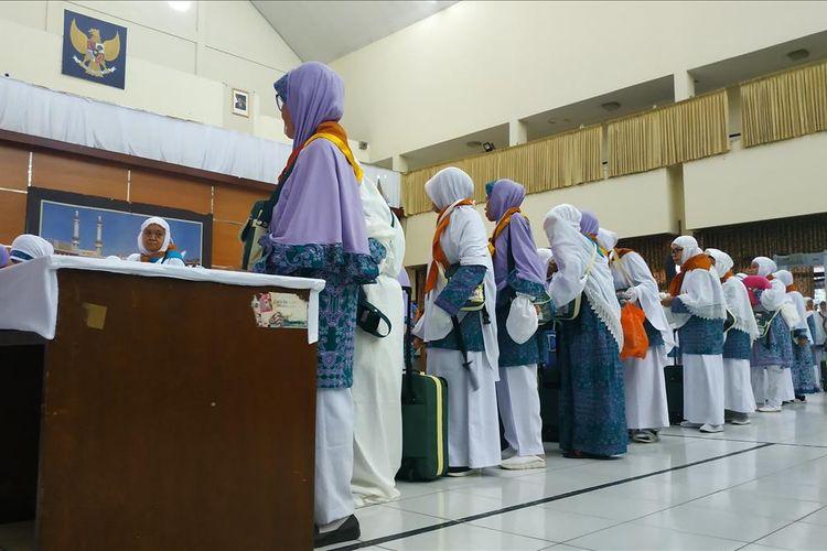 Jemaah haji asal Jawa Barat menanti keberangkatan dari Asrama Haji Embarkasi Bekasi, Selasa (9/7/2019).