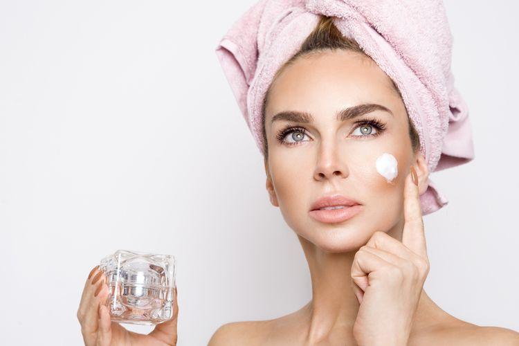 Ilustrasi menggunakan produk kosmetik.