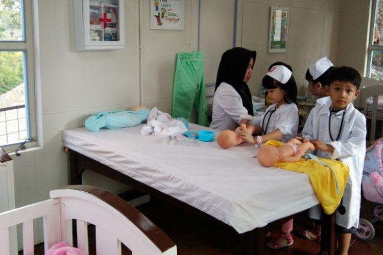 Anak-anak saat mencoba berprofesi sebagai dokter di wisata Kota Mini, Lembang, Jawa Barat, Jumat (25/8/2017).