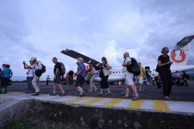 Wisatawan asing tiba di Bandara Frans Seda, Maumere, Nusa Tenggara Timur, Jumat (17/5/2013). Wisata alam, rohani dan sejarah menjadi andalan sejumlah daerah di Nusa Tenggara Timur.