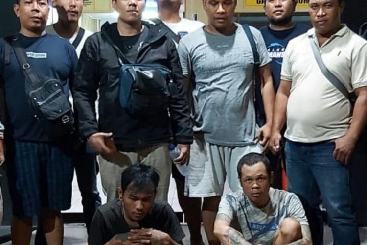 Dua pelaku (bawah) saat diamankan pihak Kepolisian
