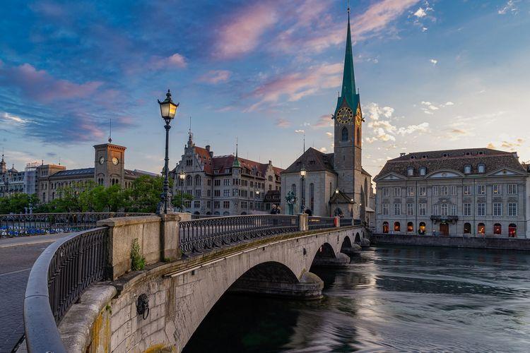Tempat wisata di Swiss - Gereja Fraumunster di Zurich.