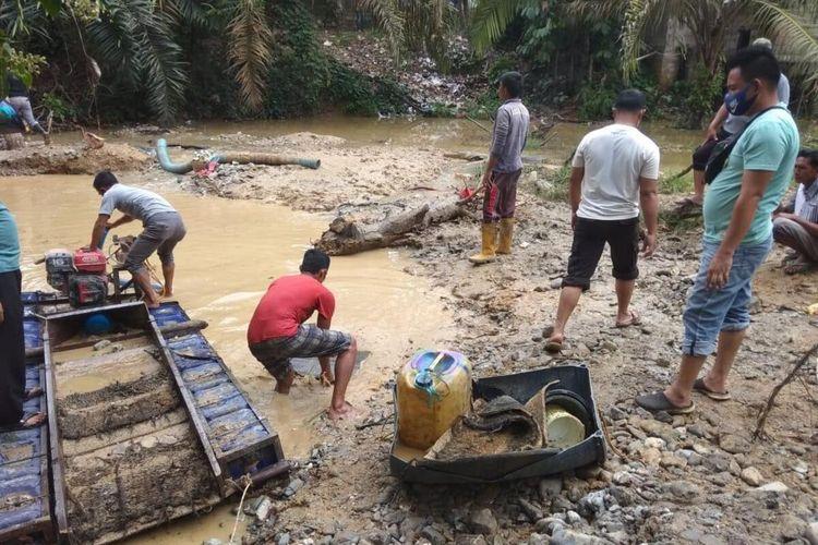 Ini situasi lokasi tambang emas ilegal yang mengakibatkan seorang siswa SMA tewas tertimbun tanah longsor saat menyedot pasir di  Desa Sungai Alah, Kecamatan Hulu Kuantan, Kabupaten Kuantan Singingi, Riau, Minggu (27/9/2020).
