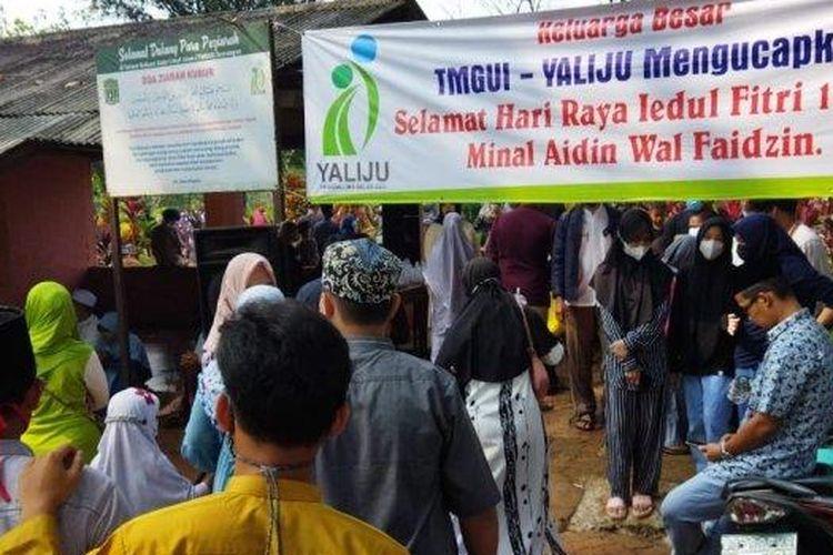 TPU Sawangan Lama di Kota Depok dipadati peziarah pada hari kedua Idul Fitri 1442 Hijriah atau Jumat (14/5/2021).