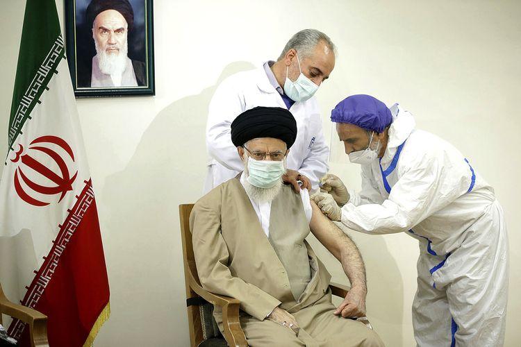 Pemimpin Tertinggi Iran Ayatollah Ali Khamenei menerima suntikan vaksin Coviran Barekat COVID-19 di Teheran, Iran, Jumat (25/6/2021) yang dirilis oleh Kantor Pemimpin Tertinggi Iran. Dok. Kantor Pemimpin Tertinggi Iran Via AP)