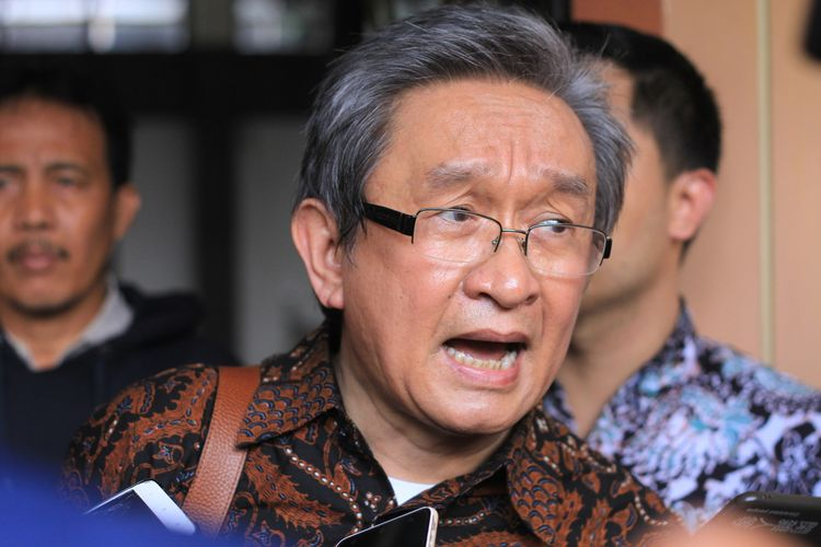 Kuasa Hukum Ahmad Yani, Maqdir Ismail memberikan keterangan kepada wartawan usai menjalani sidang di Pengadilan Negeri Klas 1A Palembang, dengan agenda nota keberatan atau eksepsi, terhadap terdakwa Bupati Muara Enim non aktif Ahmad Yani, Selasa (7/1/2019).