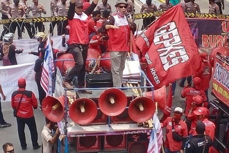 Massa dari Konfederasi  Serikat Buruh Seluruh Indonesia (KSBSI) menggelar aksi unjuk rasa menolak pengesahan omnibus law Undang-Undang Cipta Kerja di Istana Merdeka, Jakarta, Senin (12/10/2020).