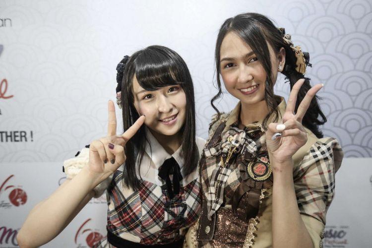 Personil JKT48 Stephanie Pricilla (kanan) dan personil AKB48 Saya Kawamoto berpose usai menghibur para penonton di acara Jak Japan Matsuri di Plaza Tenggara, Gelora Bung Karno (GBK) Senayan, Jakarta, Minggu (9/9/2018). Stephanie dan Saya akan mengikuti program pertukaran pelajar antara JKT48 dan AKB48 selama 1 bulan.