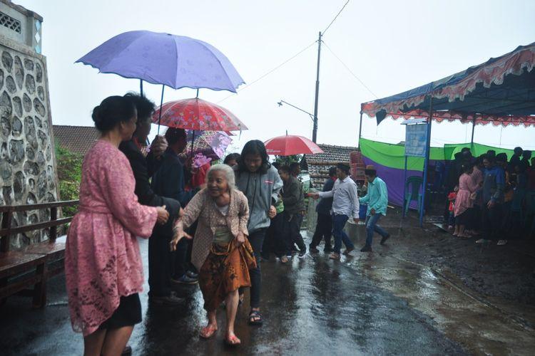 Warga lintas agama di Dusun Thekelan saling mengucapkan selamat Hari Raya Natal.