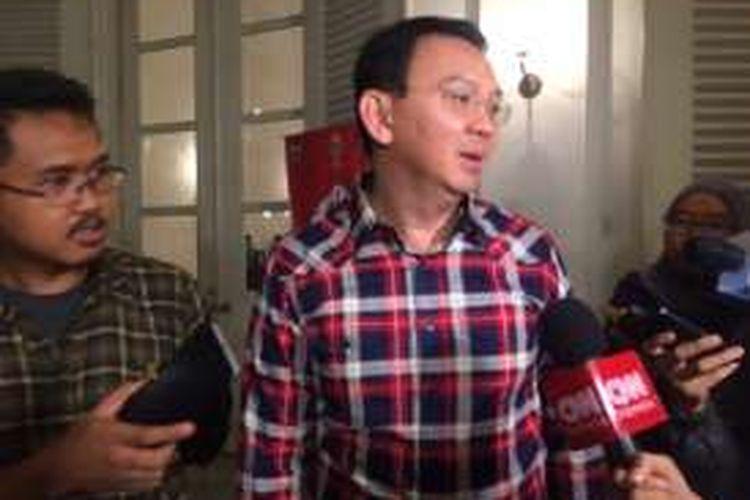 Calon gubernur DKI Jakarta Basuki Tjahaja Purnama saat akan bertolak ke Kantor DPP PDI Perjuangan dari Balai Kota DKI Jakarta, Senin (24/10/2016)