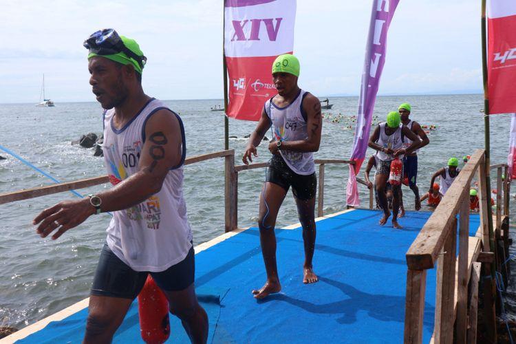 Peserta Aquathlon Raja Ampat 2017 usai berenang sepanjang 600 meter dan akan berlari marathon enam kilo mengelilingi kota Waisai, Raja Ampat, Papua Barat, dalam Festival Bahari Raja Ampat 2017, Sabtu (21/10/2017).