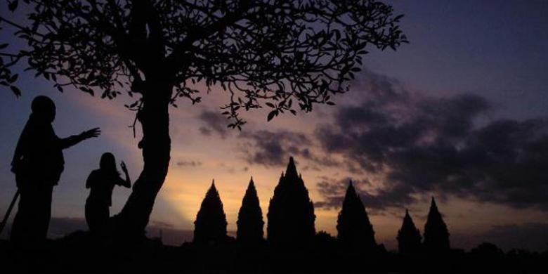 Pengunjung menikmati senja di pelataran Candi Prambanan, DI Yogyakarta, Selasa (24/5/2011). Candi Prambanan telah menjadi salah satu ikon pariwisata Indonesia dan kemegahannya terus menghadirkan daya tarik bagi wisatawan dari berbagai penjuru dunia.