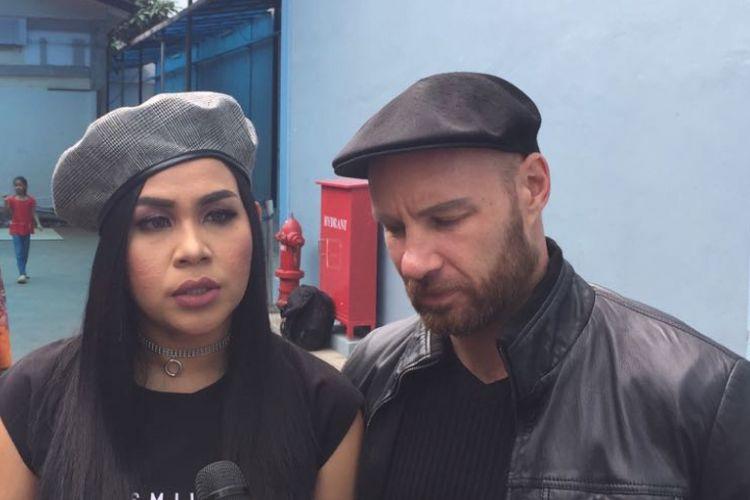Melaney Ricardo dan suaminya Tyson Lynch saat ditemui di kawasan Tendean, Jakarta Selatan, Jumat (22/12/2017).