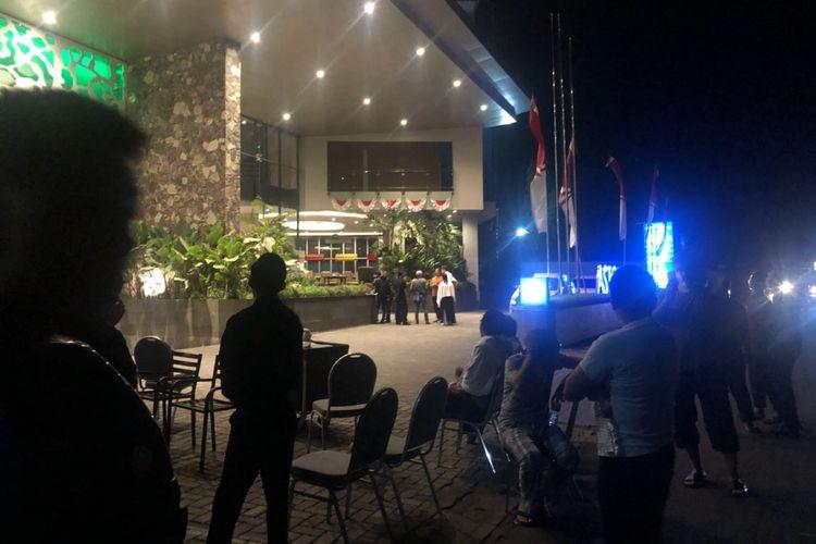 Para tamu hotel di Aston Inn, Mataram, Lombok berhamburan keluar setelah gempa bermagnitudo 7 mengguncang Lombok dan sekitarnya, Minggu (19/8/2018) malam.