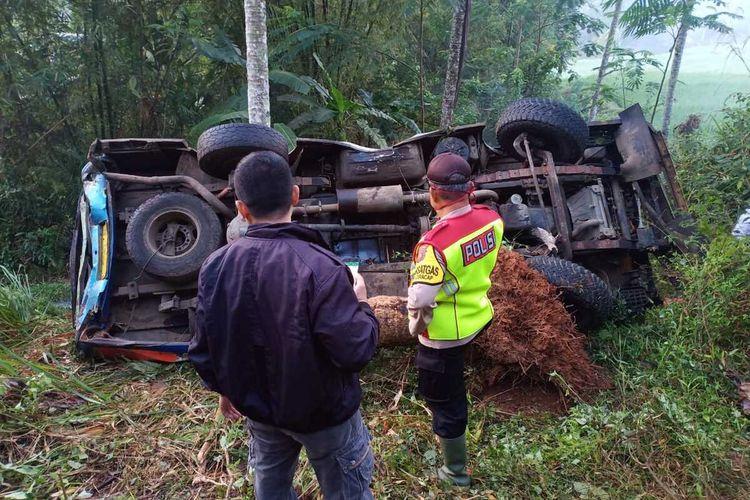 Sejumlah anggota Polres Sukabumi mengecek kendaraan yang alami kecelakaan di Kecamatan Waluran, Sukabumi, Jawa Barat, Minggu (16/8/2020).