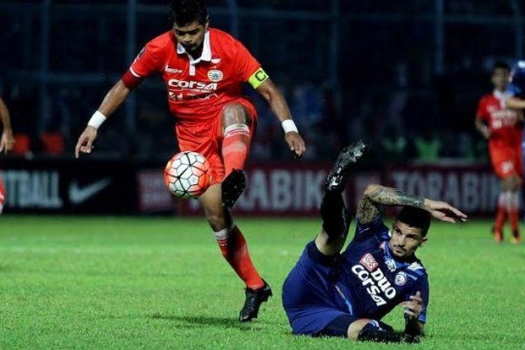 Bek Arema, Arthur Cunha terjatuh saat menempel ketat penyerang sekaligus kapten Persija, Bambang Pamungkas pada pertandingan kedua Grup B Piala Presiden 2017 di Stadion Kanjuruhan, Kab Malang pada Sabtu (11/2/2017) malam.