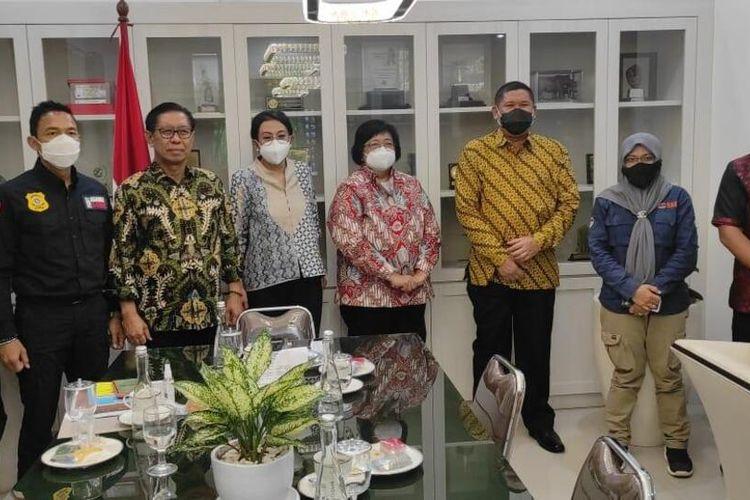Menteri LHK Siti Nurbaya Bakar saat pertemuan dengan Polda Riau terkait pengusutan kasus kelalaian pengelolaan sampah di Kota Pekanbaru, Riau, di Jakarta, Selasa (2/3/2021).