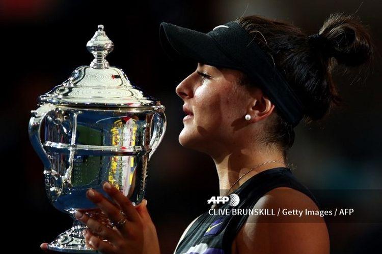 Bianca Andreescu juara US Open 2019, memegang untuk kali pertama piala ajang Grand Slam setelah mengalahkan Serena Williams.