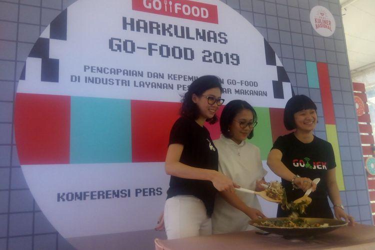 Senior Marketing Manager Go-Food, Marsela Renata (kiri) berfoto usai memberikan penjelasan Harkulnas Go-Food 2019 di Kompleks Gelora Bung Karno (GBK), Jakarta, Selasa (23/4/2019).