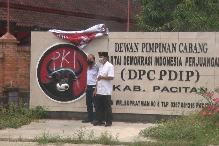Petugas Partai membuka penutup vandalisme di kantor DPC PDI Perjuangan Kabupaten Pacitan Jawa Timur, Rabu (25/08/2021).
