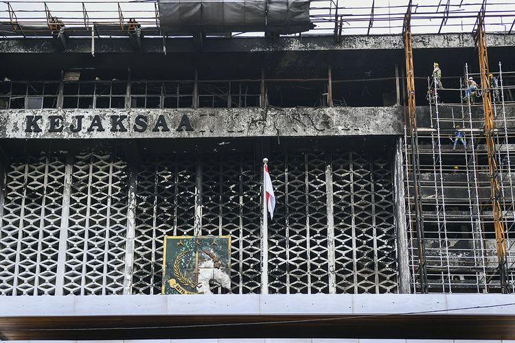 Pekerja memasang steger untuk merenovasi Gedung Utama Kejaksaan Agung, di Jakarta, Rabu (7/10/2020). Kejaksaan Agung mulai melakukan perbaikan gedung utama yang mengalami kebakaran pada 22 Agustus 2020 dengan anggaran Rp 350 miliar.
