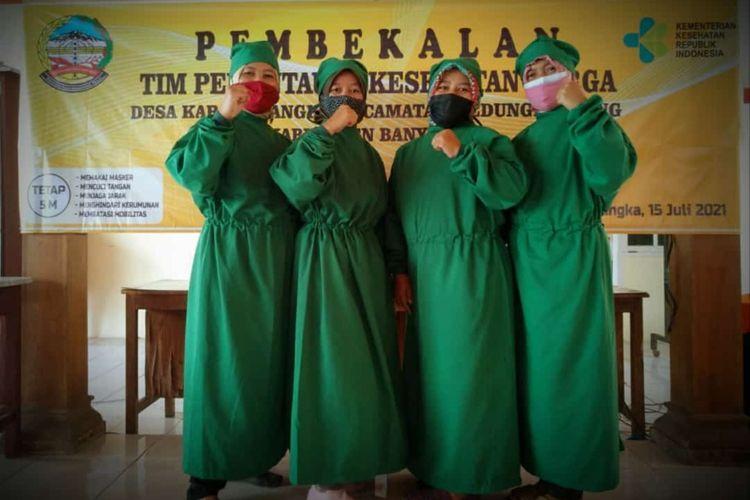 Ibu rumah tangga menjadi nakes dadakan untuk memantau kesehatan pasiem Covid-19 yang menjalani isoman di Desa Karangnangka, Kecamatan Kedungbanteng, Kabupaten Banyumas, Jawa Tengah.