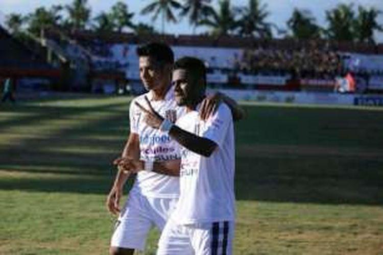 Yabes Roni merayakan gol kemenangan Bali United ke gawang Persipura Jayapura di Stadion I Wayan Dipta, Jumat (25/3/2016).