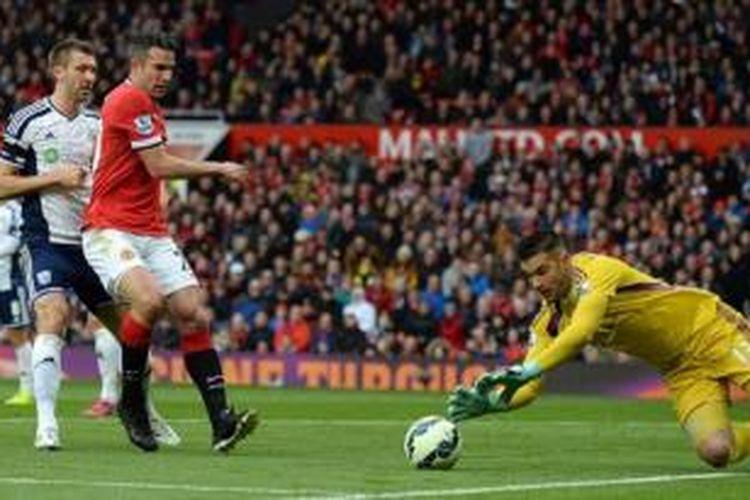 Striker Manchester United, Robin van Persie (kiri), gagal mengeksekusi penalti dalam laga kontra West Bromwich Albion, Minggu (3/5/2015) dini hari.