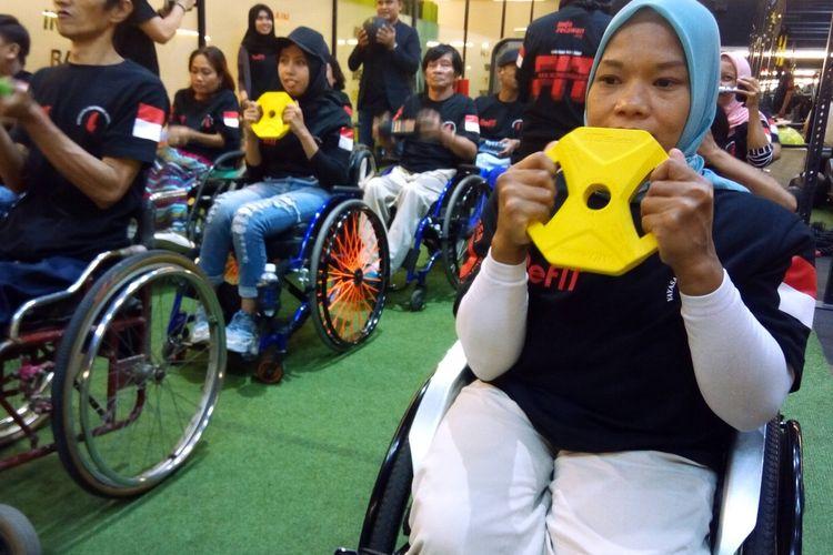 Seorang penyandang disabilitas menggunakan dumble untuk melatih otot pada Kamis (5/12/2019) di ReFIT Club SS72 Jalan Sepat Kebagusan Jakarta.