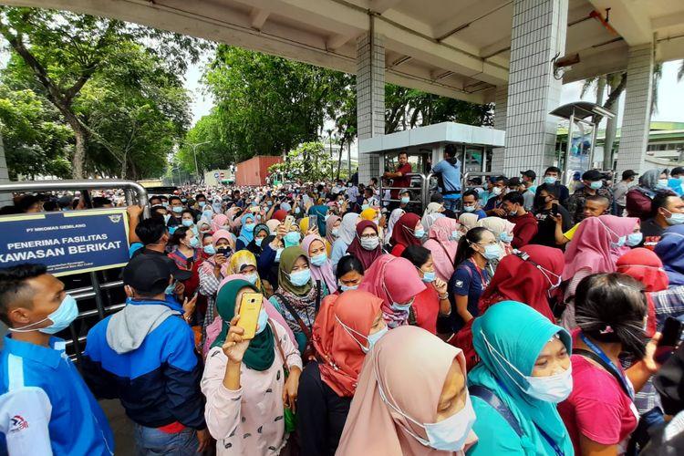 Saat ribuan buruh PT Nikomas Gemilang keluar dari pabrik untuk demo tolak omnibus law