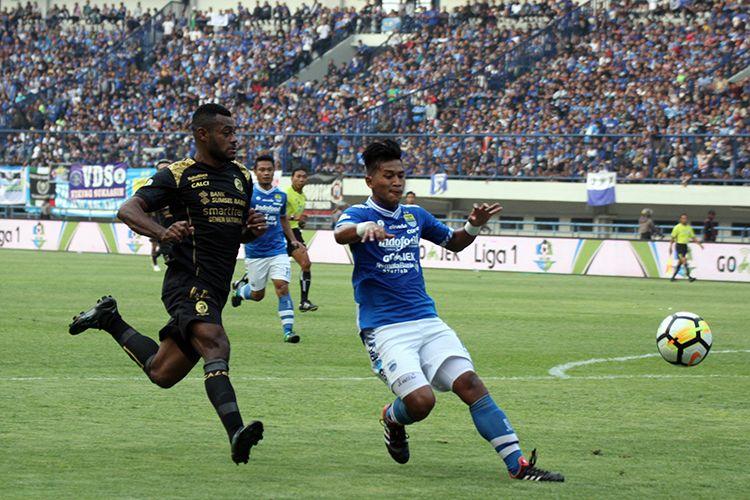 Indra Mustafa saat tampil bersama Persib Bandung di Liga 1 2018 menghadapi Sriwijaya FC, di Stadion Gelora Bandung Lautan Api, beberapa waktu lalu. (KOMPAS.com/SEPTIAN NUGRAHA)