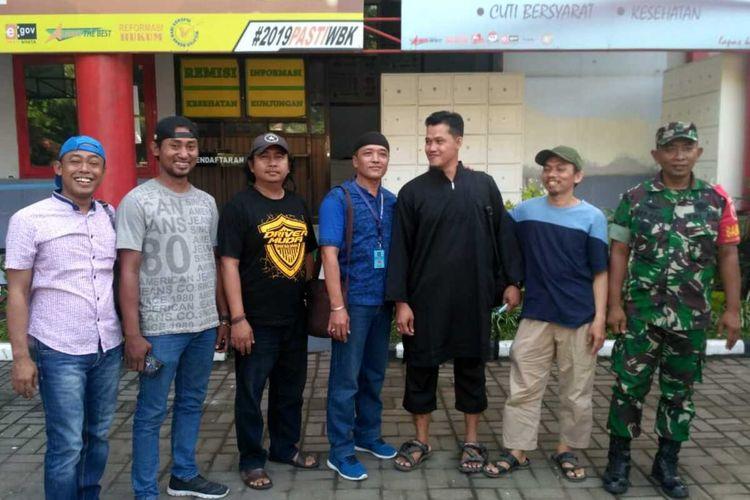 Mantan napi teroris Riyanto (ketiga dari kanan) bebas dari Lapas Porong Sidoarjo, Rabu (12/2/2020)