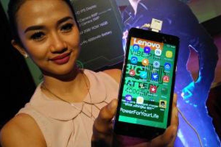 Model sedang menunjukkan Lenovo P1m