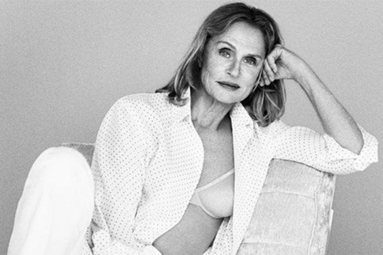 Laura Hutton berpose untuk koleksi terbaru Calvin Klein