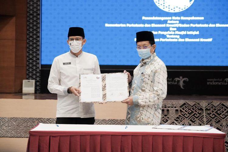 Menteri Pariwisata dan Ekonomi Kreatif Sandiaga Uno (kiri) dan Imam Besar Masjid Istiqlal K.H. Nasaruddin Umar (kanan) setelah menandatangani nota kesepahaman pengembangan wisata halal di Masjid Istiqlal pada Rabu, 5 Mei, 2021 di Gedung Sapta Pesona, Jakarta Pusat.