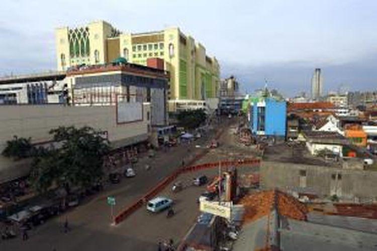 Lalu lintas di kawasan Pasar Tanah Abang, Jakarta Pusat, tampak lengang, Minggu (18/8/2013), setelah penertiban pedagang kaki lima (PKL) sepekan sebelumnya. Tidak tampak sedikit pun pedagang yang nekat berjualan, ratusan PKL sudah bersedia direlokasi ke Blok G.