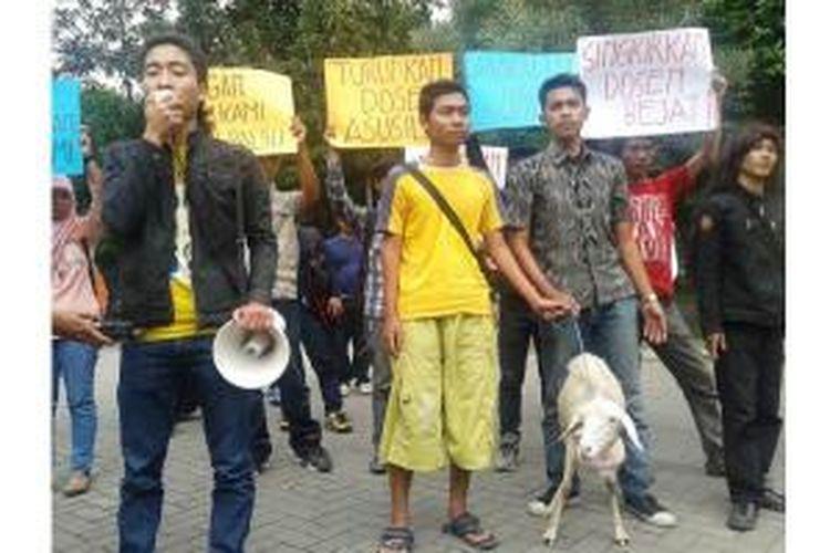 Puluhan mahasiswa Fakultas Keguruan dan Ilmu Pendidikan (FKIP) Universitas Jember, Jawa Timur, berunjuk rasa dengan membawa seekor kambing. Mereka mendesak agar oknum dosen yang diduga telah berbuat asusila dipecat, Selasa (11/3/2014).