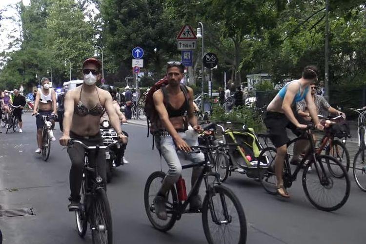 Unjuk rasa para wanita dan pria yang telanjang dada di Berlin. [SS/YOUTUBE/BERLIN-VISUAL]