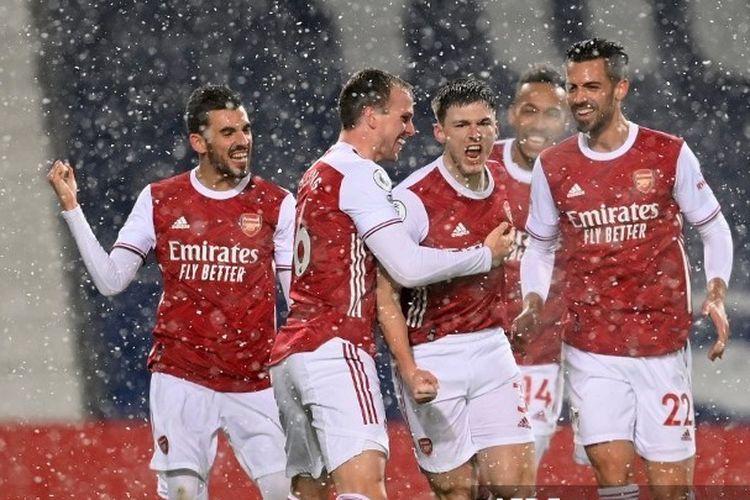 Para pemain Arsenal merayakan gol Kieran Tierney ke gawang West Bromwich Albion pada laga pekan ke-17 Liga Inggris 2020-2021 di Stadion The Hawthorns, Sabtu (2/1/2021) atau Minggu dini hari WIB.
