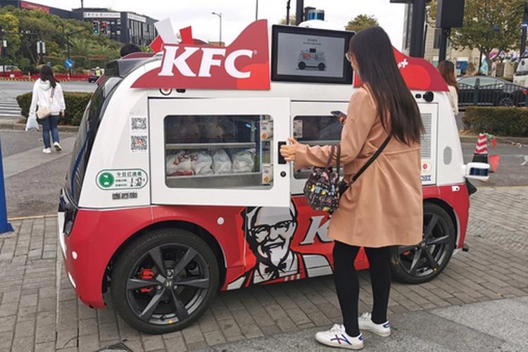 Kendaraan otonom yang menjajakan produk makanan KFC