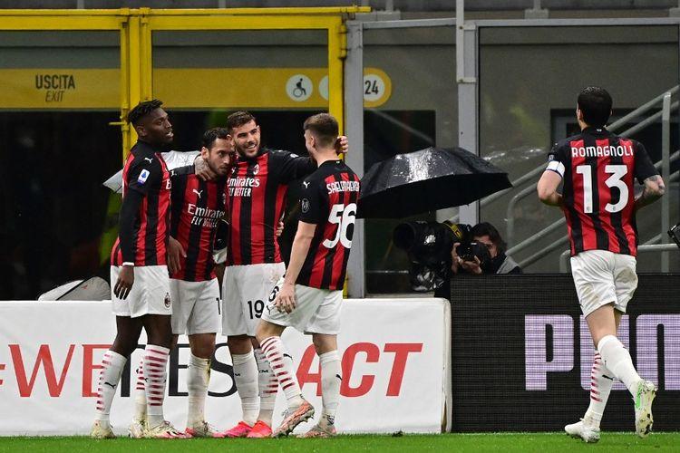 Gelandang AC Milan asal Turki, Hakan Calhanoglu, melakukan selebrasi bersama rekan setimnya usai membobol gawang Benevento dalam laga pekan ke-34 Liga Italia di Stadion San Siro, 1 Mei 2021.